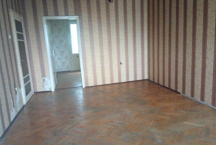 хол с преход към спалня